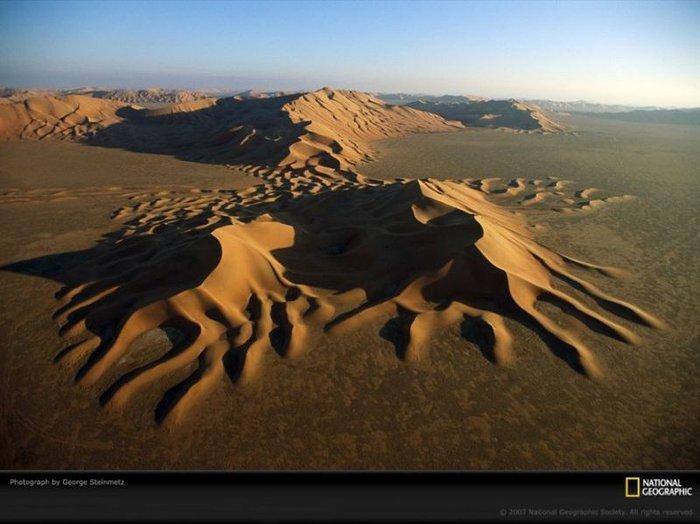 Межі чотирьох країн - Саудівської Аравії, Оману, Ємену та ОАЕ - неясна пляма під пісками, що піднімаються, пустелі Руб-ель-Халі. (George Steinmetz)