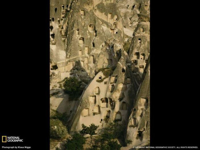 Житла в печерах, поцятковані скелясті утворення в Каппадокії, Туреччина. (Klaus Nigge)