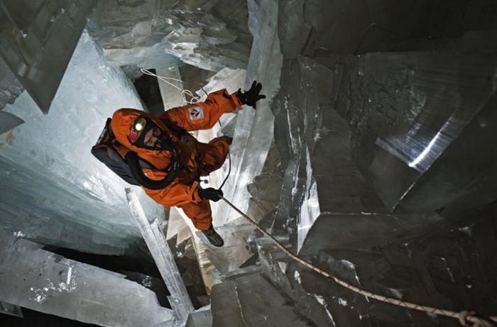 Знайдена печера з величезними кристалами (12)