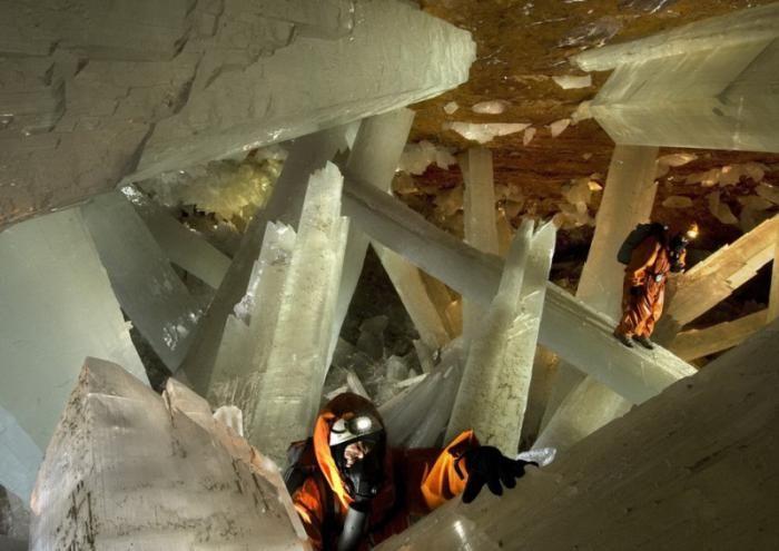 Знайдена печера з величезними кристалами (10)