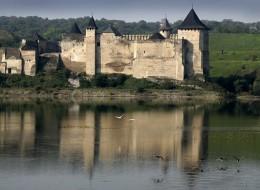 Хотинська фортеця - один з найдавніших і найвеличніших замків України (Вид на Фортецю з протилежного берега Дністра)