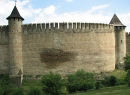 Хотинська фортеця - один з найдавніших і найвеличніших замків України (Мокре пляма на Західній стіні. Над причиною його происхожения вчені досі ламають голову)