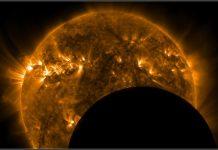 Космос, Сонце, Земля. Фото Місяця на тлі сонця, отримане супутником NASA 3 травня 2011