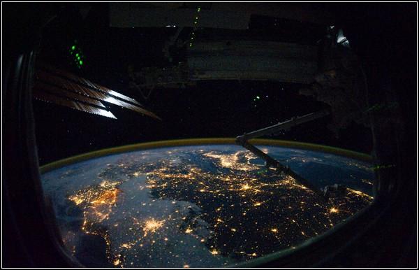 Сонце, космос і Земля на фото. Європа в ілюмінаторі, 28 жовтня 2010