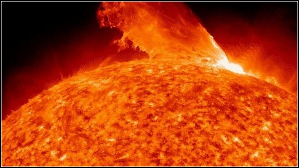 Фото Сонця, космосу і Землі, отримані NASA. Корональна спалах 24 лютого