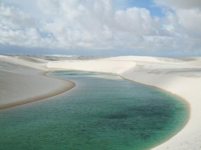 Фантастична краса білосніжних пісків національного парку Lencois Maranhenses в Бразилії (10)