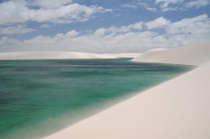 Фантастична краса білосніжних пісків національного парку Lencois Maranhenses в Бразилії (8)