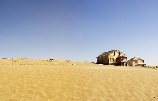 Покинуте місто-привид в пустелі Наміб — місто Колманскоп (10)