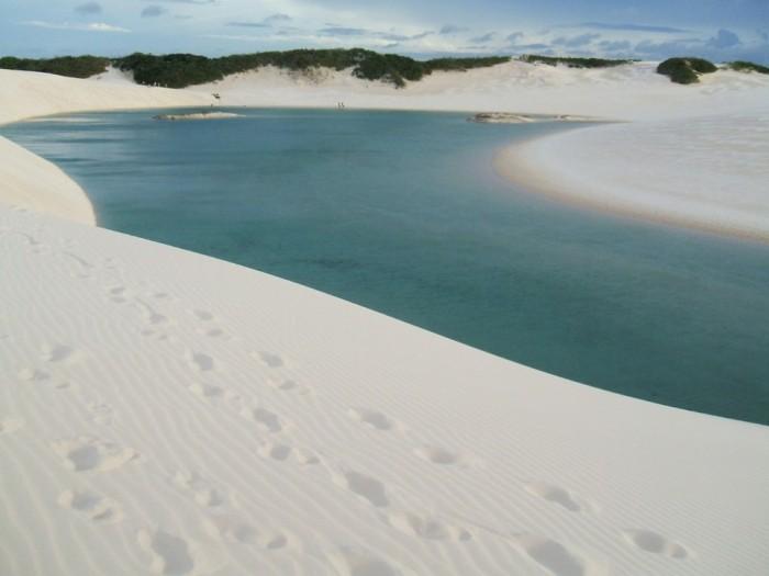 Фантастична краса білосніжних пісків національного парку Lencois Maranhenses в Бразилії (7)