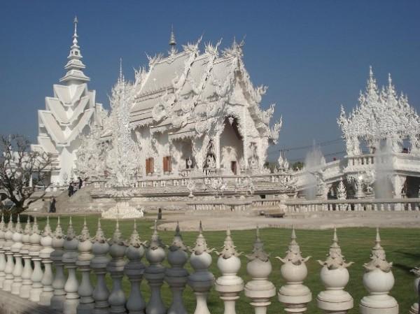 Wat Rong Khun, в перекладі Білий храм - найкрасивіший незвичайний буддійський храм в Таїланді (8)