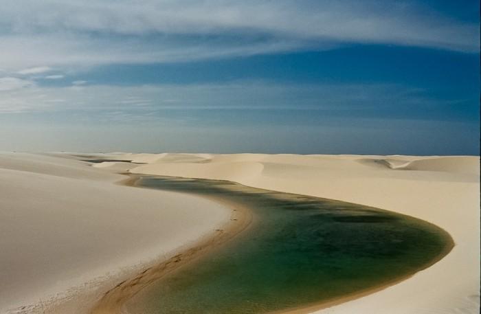 Фантастична краса білосніжних пісків національного парку Lencois Maranhenses в Бразилії (5)