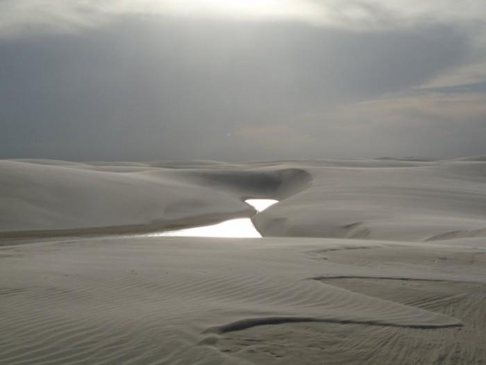 Фантастична краса білосніжних пісків національного парку Lencois Maranhenses в Бразилії (4)