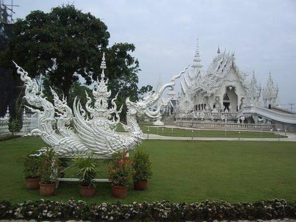 Wat Rong Khun, в перекладі Білий храм - найкрасивіший незвичайний буддійський храм в Таїланді (6)