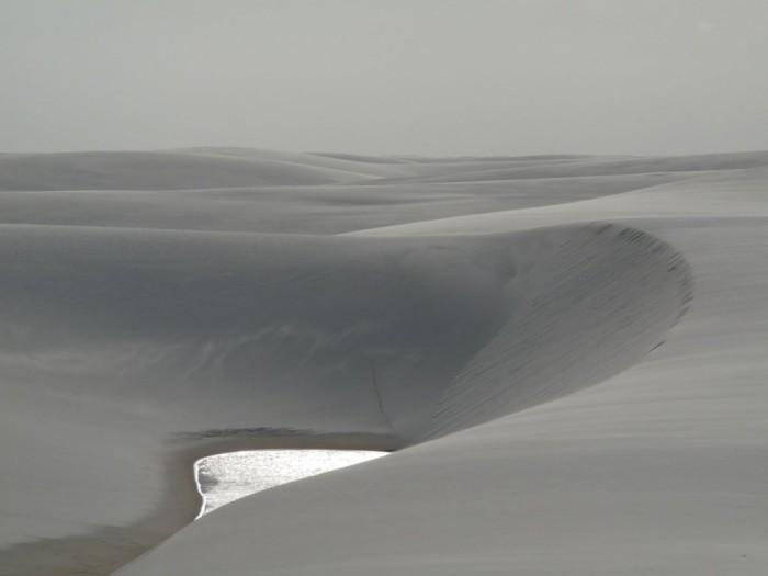 Фантастична краса білосніжних пісків національного парку Lencois Maranhenses в Бразилії (3)