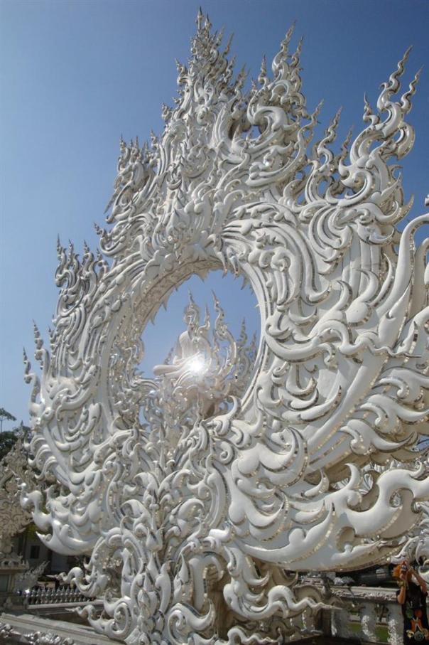 Wat Rong Khun, в перекладі Білий храм - найкрасивіший незвичайний буддійський храм в Таїланді (4)