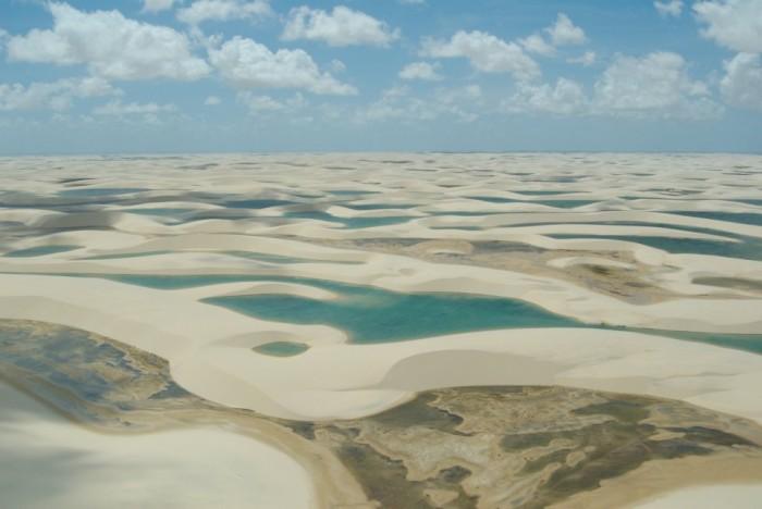Фантастична краса білосніжних пісків національного парку Lencois Maranhenses в Бразилії (17)