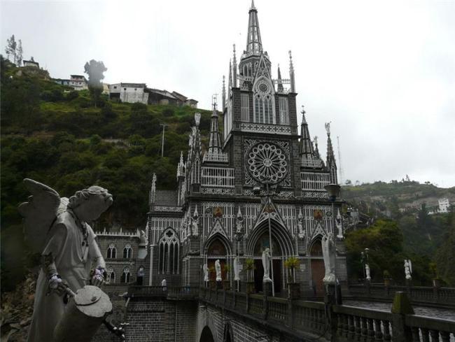 Грандіозний готичний собор Лас Лахас (Las Lajas Cathedral) в каньйоні річки, Колумбія (10)