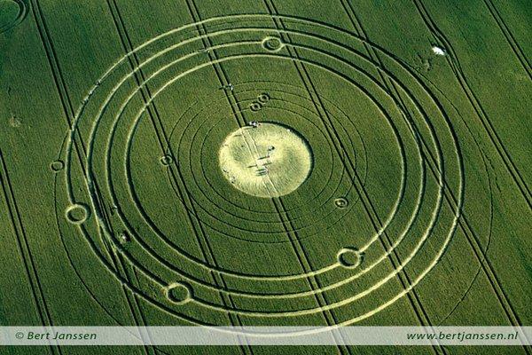 А це коло, що з'явився одного разу в Англії, показує розташування планет у грудні 2012 року!