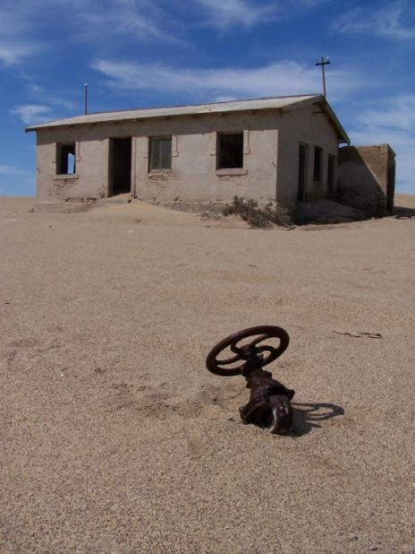 Покинуте місто-привид в пустелі Наміб — місто Колманскоп (9)