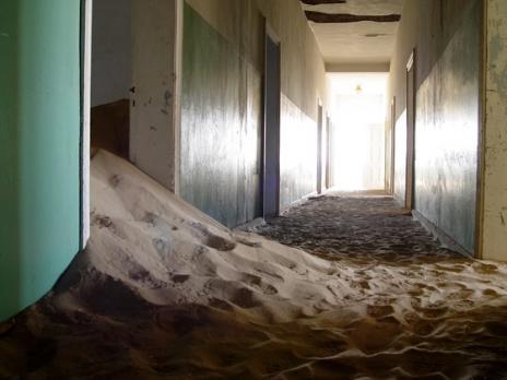 Покинуте місто-привид в пустелі Наміб — місто Колманскоп (8)