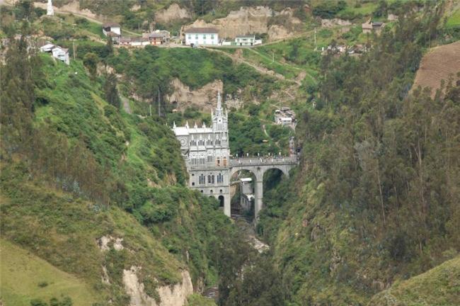 Грандіозний готичний собор Лас Лахас (Las Lajas Cathedral) в каньйоні річки, Колумбія (1)