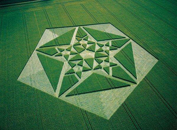 Зачаровуючий візерунок з пентаграм. Англія, графство Ейвбері, 2003 рік
