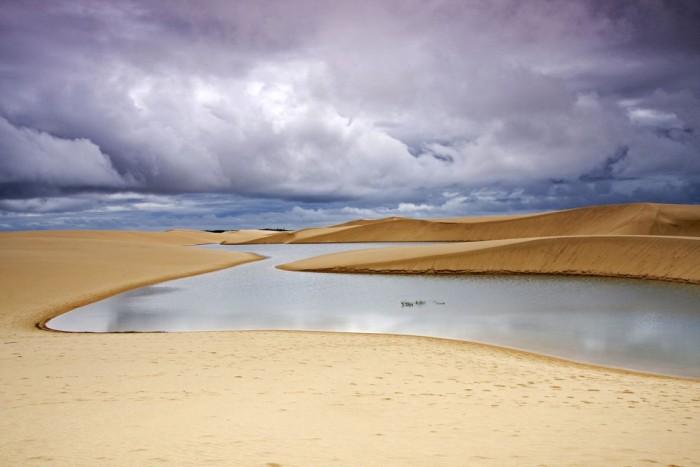 Фантастична краса білосніжних пісків національного парку Lencois Maranhenses в Бразилії (14)