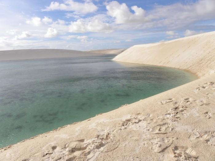 Фантастична краса білосніжних пісків національного парку Lencois Maranhenses в Бразилії (13)