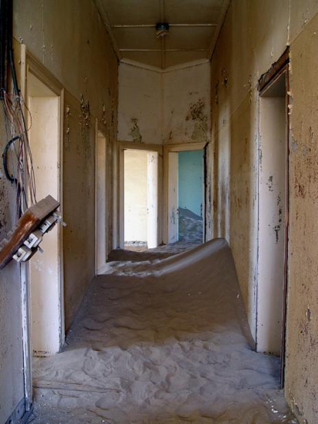 Покинуте місто-привид в пустелі Наміб — місто Колманскоп (4)