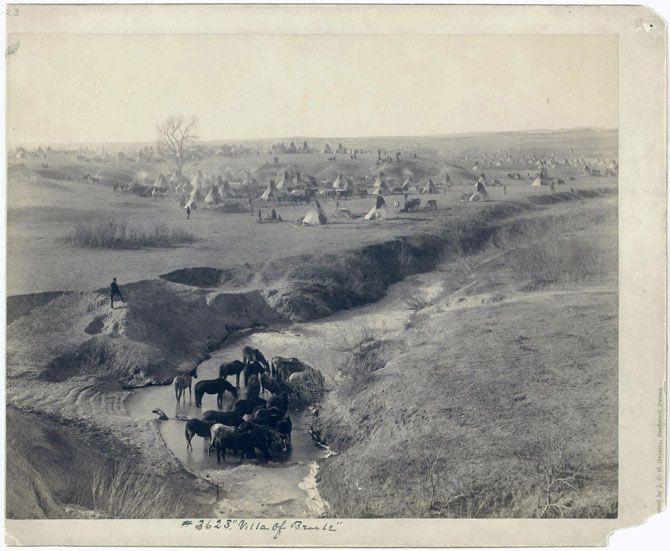 Типи індіанців племені Лакота, одного з найбільших племен групи сіу. На передньому плані водопій коней біля струмка Уайт Клей. Знімок зроблений в 1891 році.
