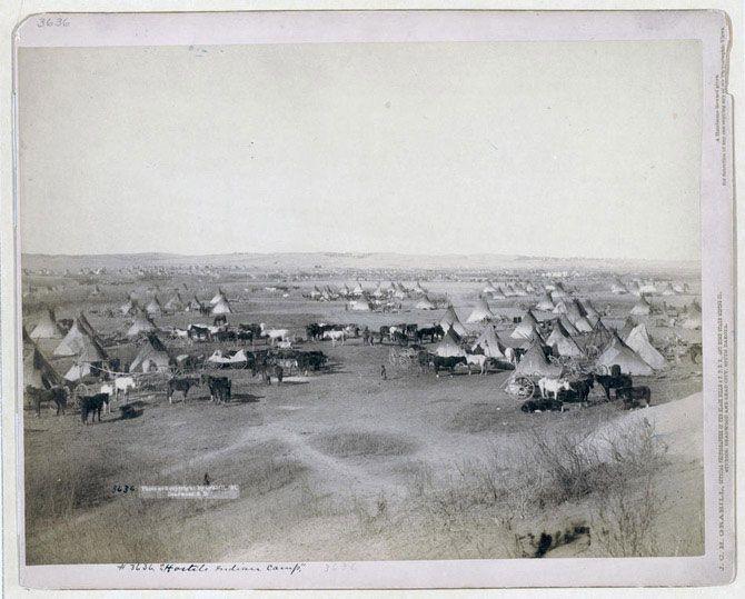 Стійбище індіанців племені оглав поруч з будівлею державної школи в Пайн Рідж. Знімок зроблений в 1891 році.