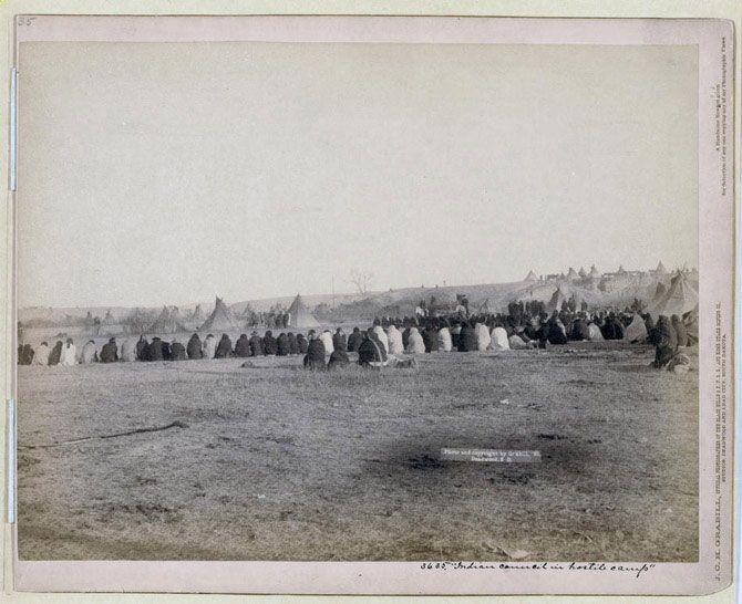 Індіанці зібралися на раду племені. Знімок зроблений в резервації в Пайн Рідж в 1891 році.