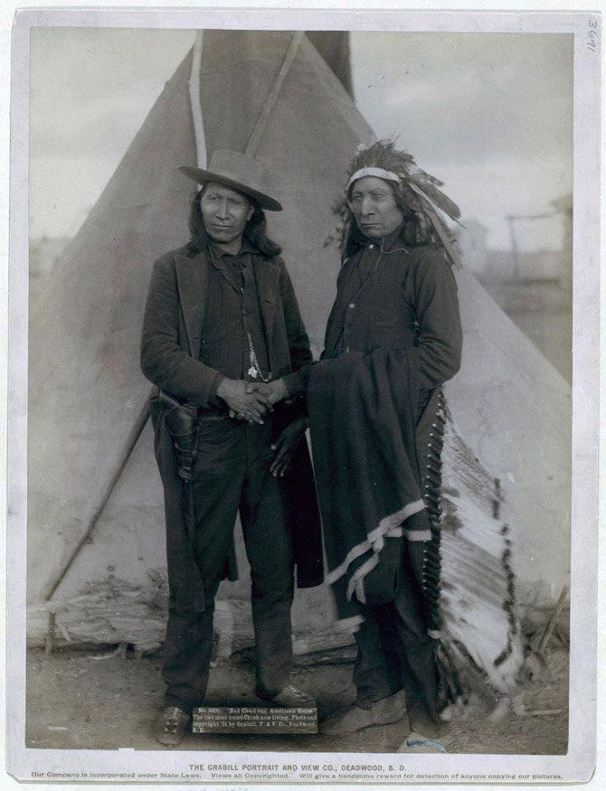 Портрет відомих індіанських вождів племені оглав. Червоне Хмара (в традиційному головному уборі з пір'я) потискує руку своєму зятю Американському Коню (у європейському одязі і з кобурою). У 1866-1868 роках Червоне Хмара вів війну, результатом якої став мирний договір на досить прийнятних для індіанців умовах. Знімок зроблений в резервації Пайн Рідж в 1891 році.