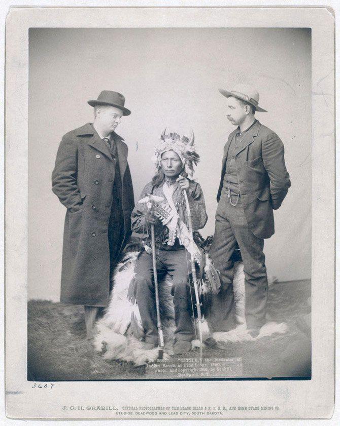 Студійна фотографія одного з вождів племені оглав на ім'я Літтл (Маленький). Літтл був організатором індіанського повстання в Пайн Рідж. Знімок зроблений в 1890 році.