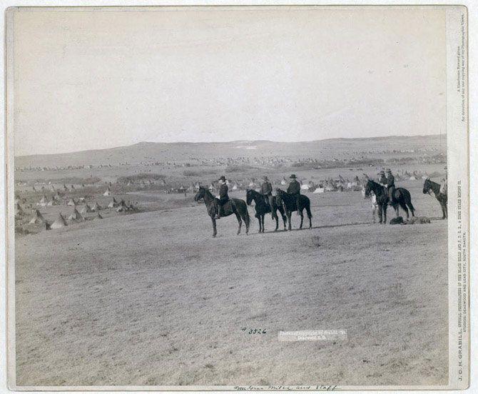 Генерал Майлз зі своїми солдатами дивляться на великий табір індіанців. Знімок зроблений в 1891 році.