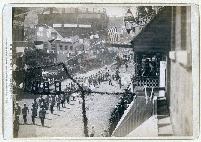 Парад під час свята в Дедвуде, присвяченого завершенню будівництва залізниці.