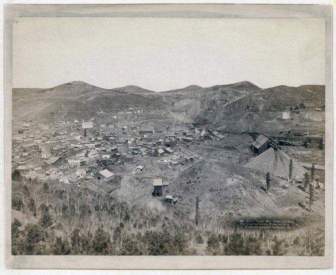 Вид на селище шахтарів і працівників лісопилок, які працюють в компанії Great Homestake. Знімок зроблений в 1889 році.
