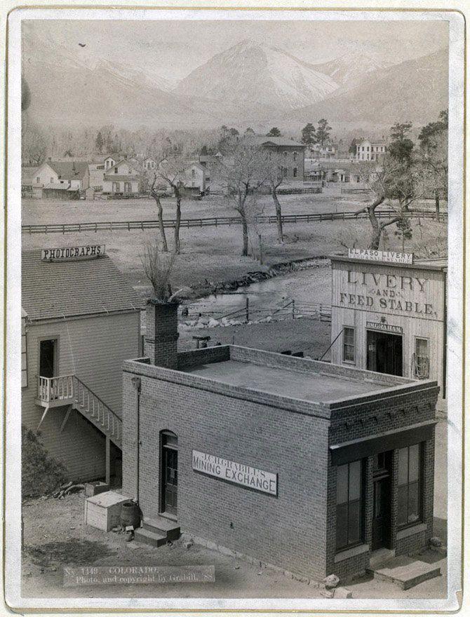Колорадо. Вивіски на будівлях: «Фотографія», «Біржа гірської промисловості», «Прокат і платна стайня». Знімок зроблений в 1888 році.