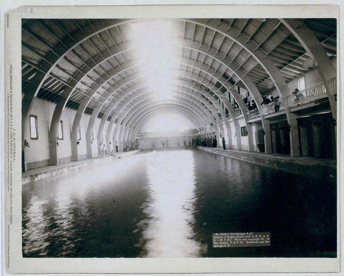 Інтер'єр найбільшою в той час купальні в США. Хот-Спрінгс, Південна Дакота. Поруч з басейном стоять купальщики і глядачі. Знімок зроблений в 1891 році.