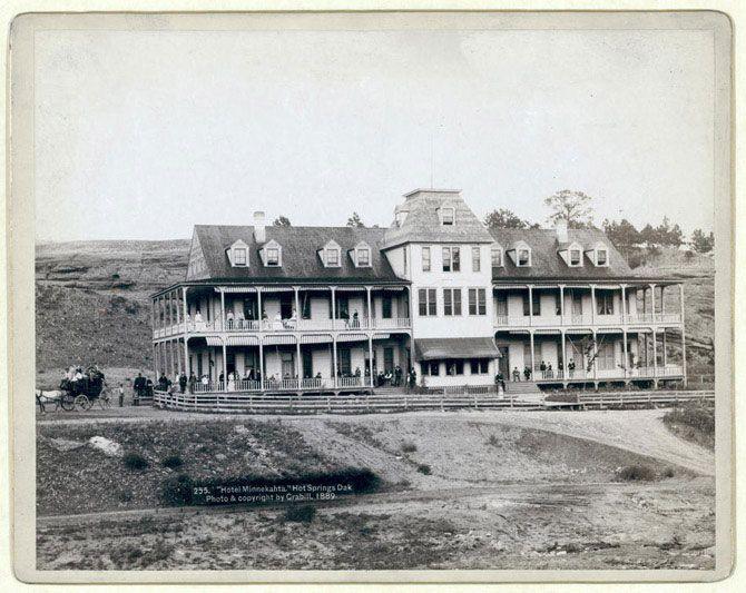 Готель «Міннекахта», Хот Спрінгс, Дакота. Вид на готель; на балконі і терасах розташувалися чоловіки і жінки. 1889 рік.