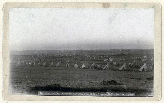 Табір 7-го кавалерійського полку, резервація Рідж Адженсі, Південна Дакота, 19 січня 1891 року. Вид військового табору: тенти, коні та вози.