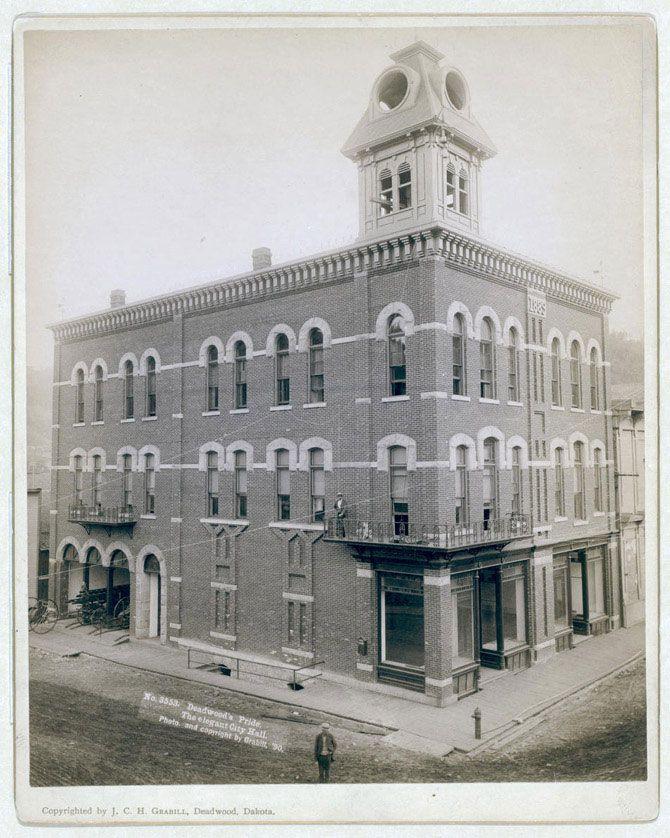 Гордість Дедвуд. Триповерхова будівля мерії з вежею. 1890 рік.