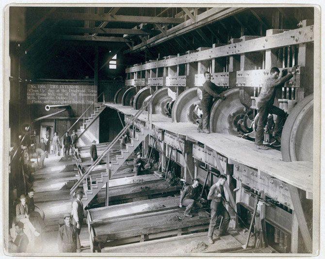 Усередині фабрики. «День прибирання» на дедвудской тартаку «Gold Stamp», однією з тих, що знаходяться в Терравілле. Робітники в обладнання. 1888 рік.