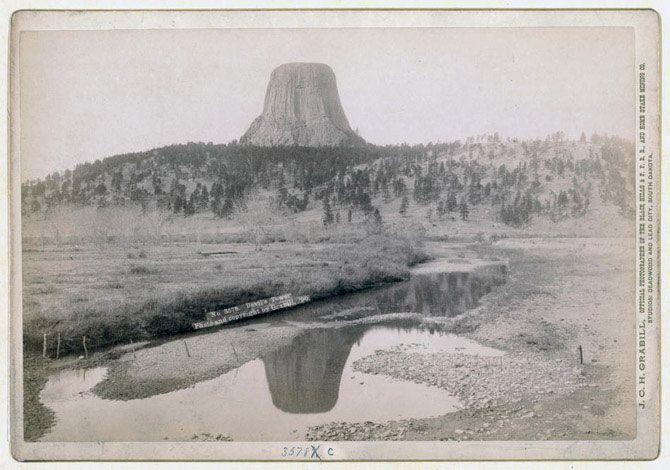 Гора «Вежа Диявола» та її відображення в джерелі на передньому плані. 1890 рік.