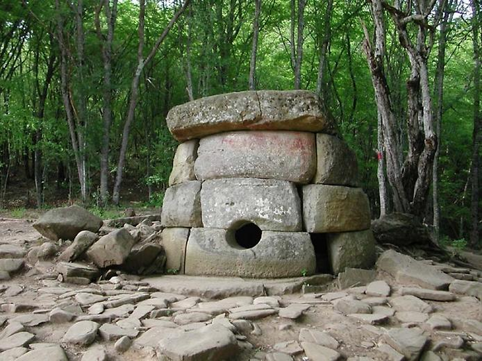 Старовинні дольмени в Сочі (2)