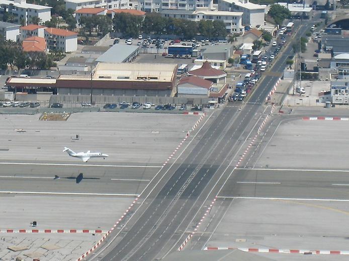 Гібралтар. Незвичайний аеропорт, що перетинає дорогу (4)
