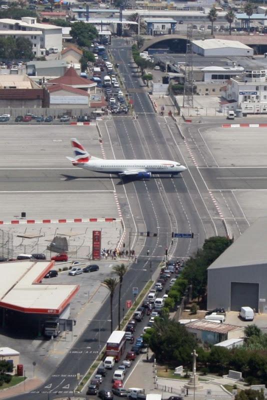 Гібралтар. Незвичайний аеропорт, що перетинає дорогу (2)