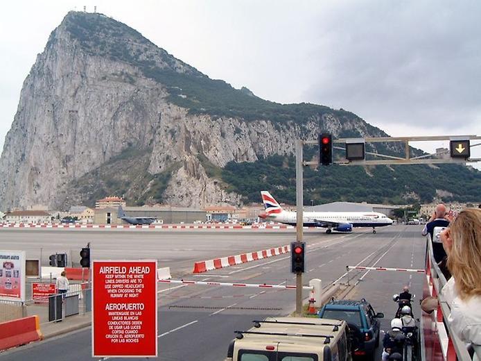 Гібралтар. Незвичайний аеропорт, що перетинає дорогу (1)