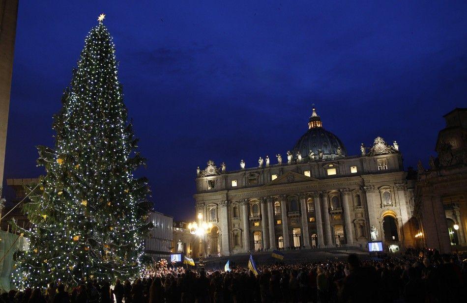 Головна ялинка католиків, встановлена на площі святого Петра у Ватикані, в цьому році була привезена із Західної України.