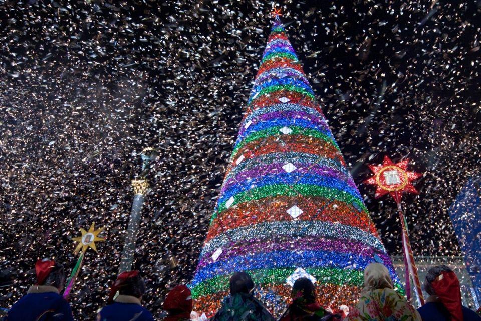 Загадочный конус елки в Украине, над которым уже не раз работали любители фотошопа.